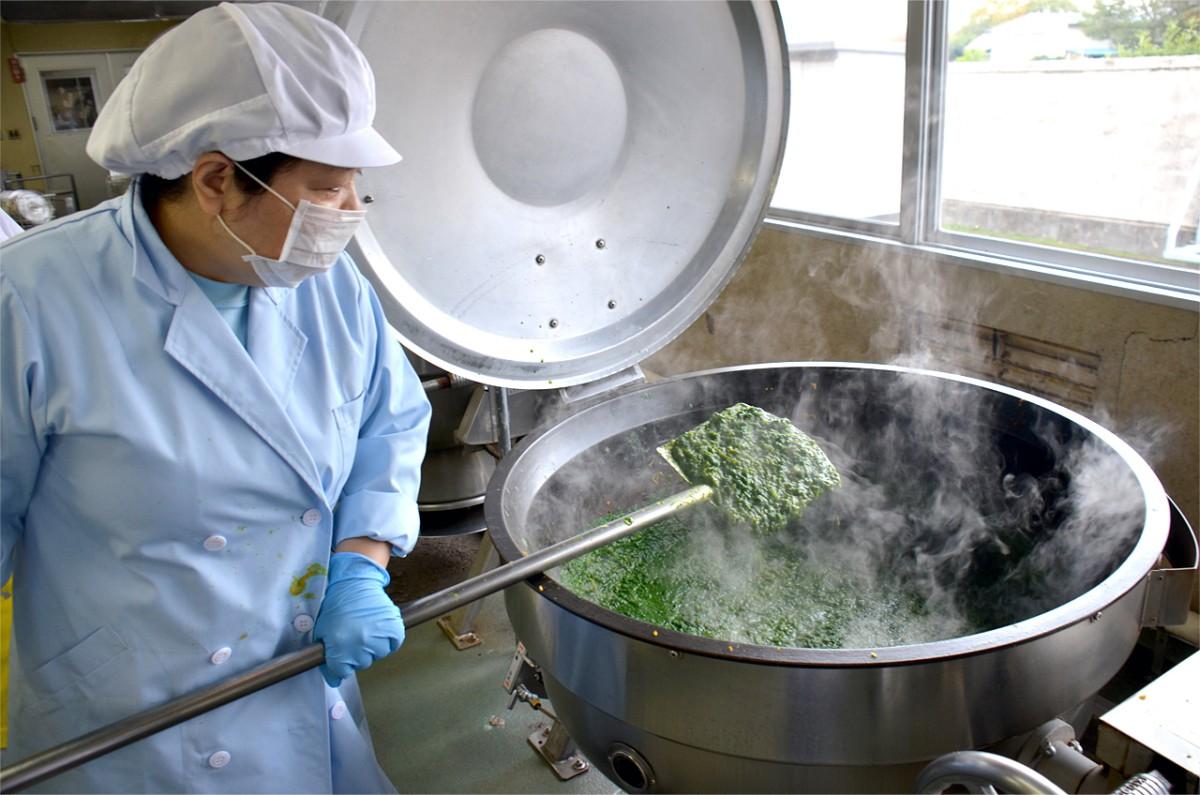 小松菜カレーには、市内産の小松菜ペースト50g(1人1株以上!)が使われ、4種類のスパイス(クミン・コリアンダー・ターメリック・カイエンヌペッパー)をブレンドした本格派。