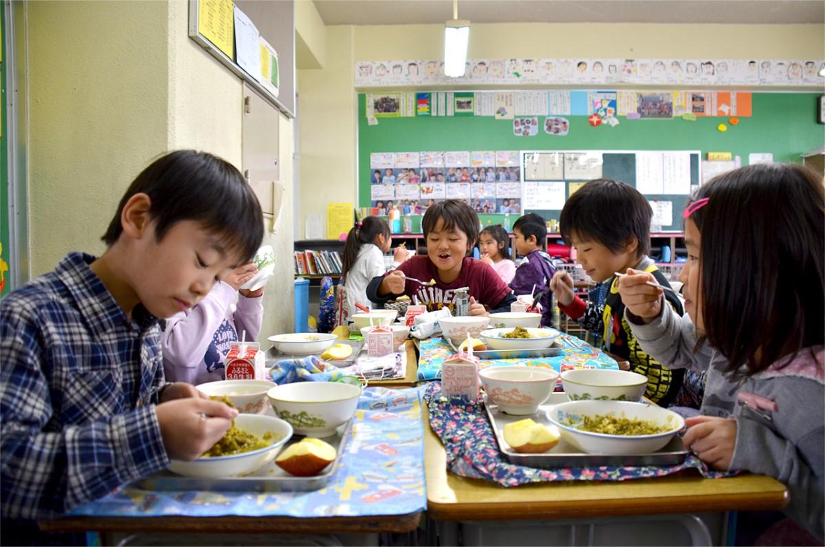 給食用に育てた葉大根を使った「草加の野菜スープ」、アーモンドをオーブンで焼いた香ばしい「大根サラダ」、そして小松菜カレーも、子どもたちはぺろっと平らげます
