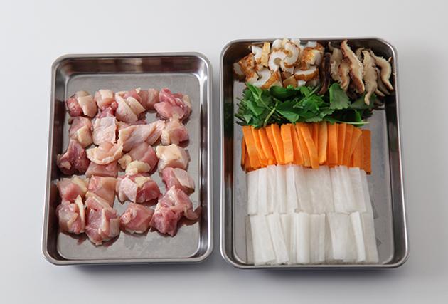鶏もも肉は1㎝角に切る。しいたけは薄切りにする。ちくわは半分にしてから5㎜幅の薄切りにする。大根・にんじんは5㎜幅の短冊切りにする。三つ葉は3cm長さに切る