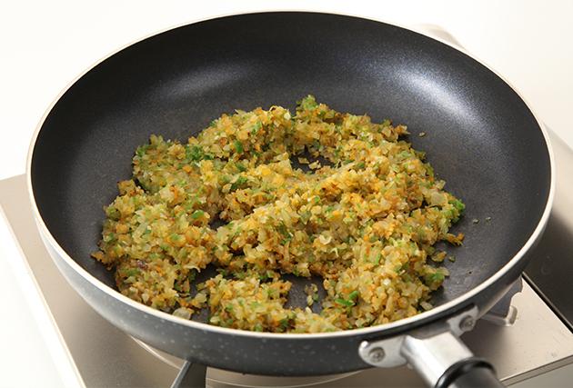 2.フライパンにサラダ油(大さじ2)・にんにくを入れて弱火にかけ、香りが出るまで炒める。