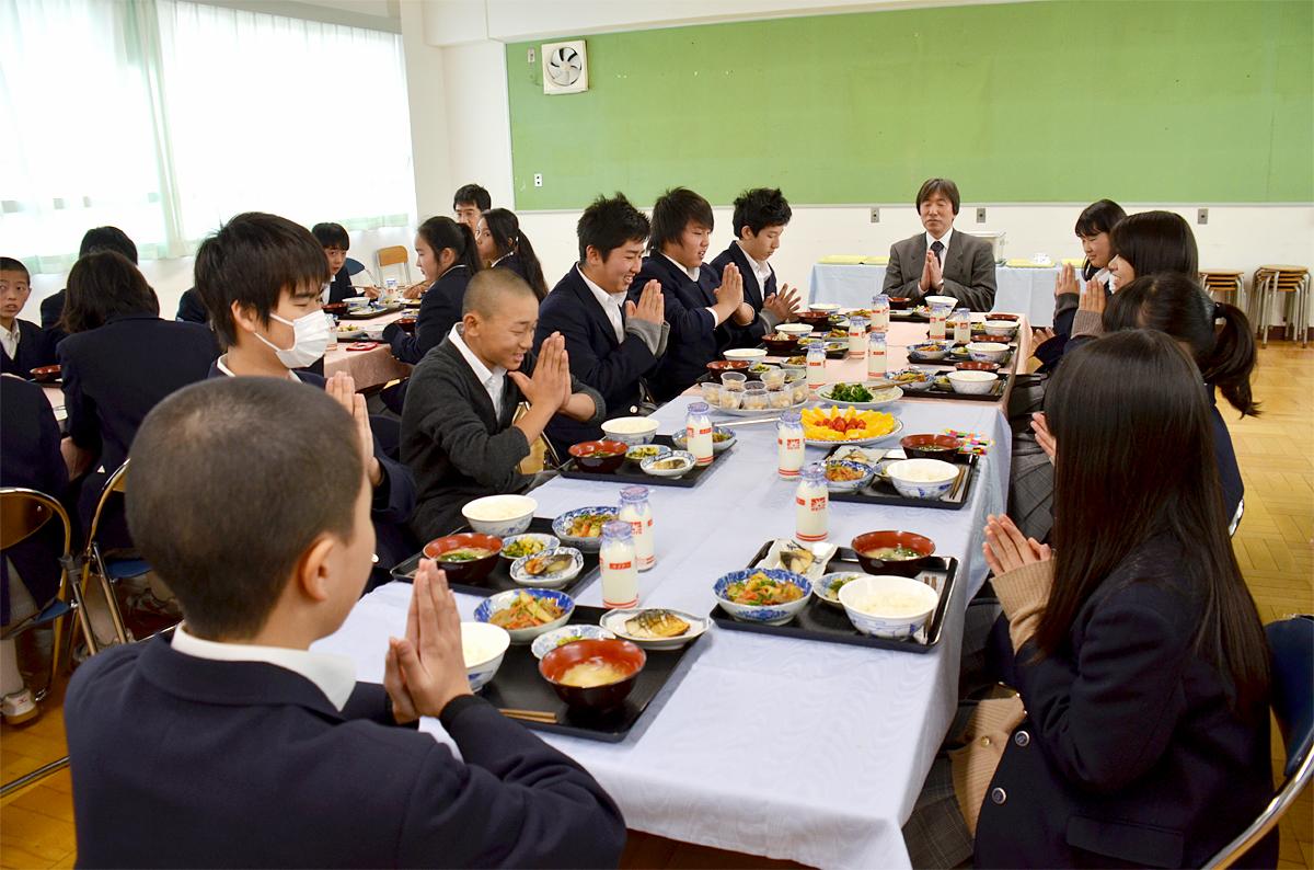 東京都練馬区立八坂中学校では、毎年全学年全クラスでクラスバイキングが実施されています。この日は2年2組(33名)の会食の日。バイキングを実施するクラスは、教室ではなく多目的室に集合します。