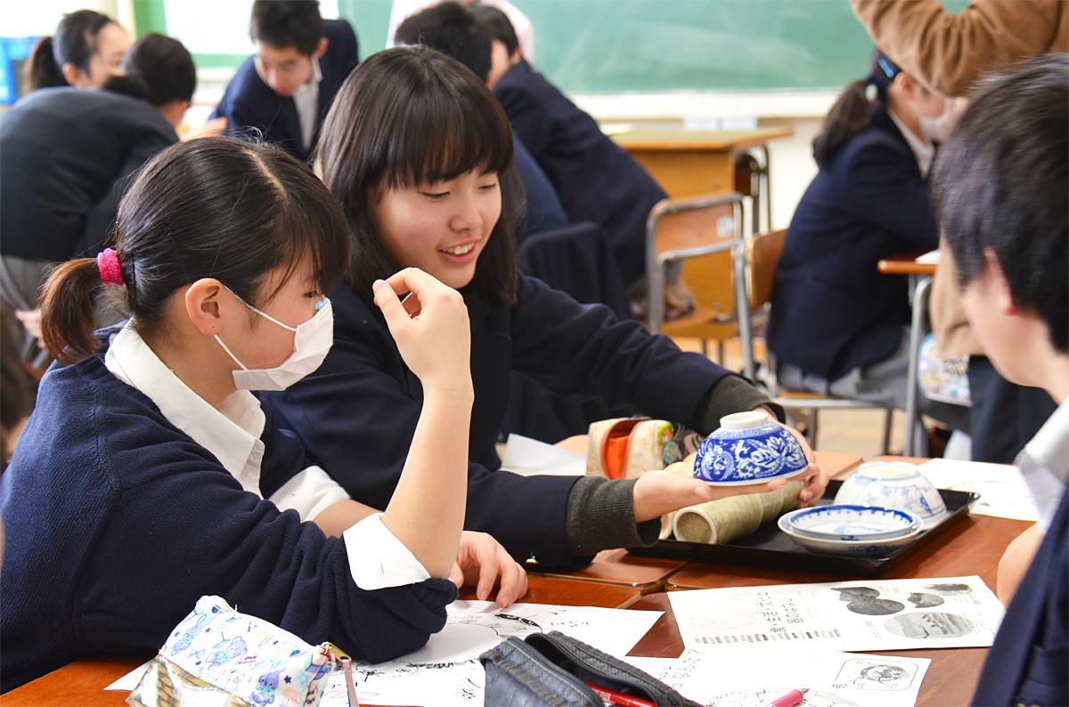 今日の和食バイキングまでには、事前に食育授業も実施しています。一汁三菜の栄養バランス、和食文化についてを栄養教諭から学び、さらに和食器の味わい方や和食器に描かれている日本人の心、世界をつなぐ文様・文化について、食器メーカーの専門家から学びました。