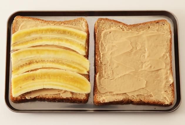 (2)の食パン4枚分に(1)のバナナを並べて、残りの4枚でサンドする