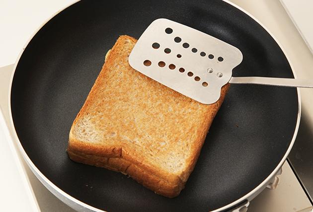 熱したフライパンで(3)を焦げ目がつくまで両面焼く