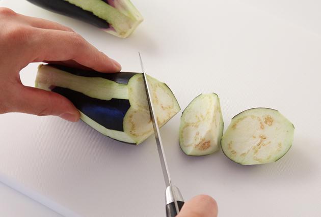 1.なすはヘタを切り落とし、縞模様にピーラーで皮をむき、乱切りにする。なすの表面に片栗粉を薄くまぶす。