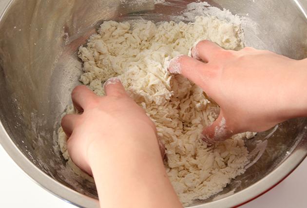 2.ボウルに中力粉を振るい入れ、(1)を回し入れる。指先を使って下から粉をすくい上げるようにポロポロのそぼろ状になるまで混ぜ合わせる。