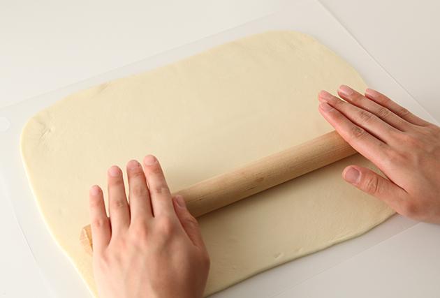 4.打ち粉をし、(3)を麺棒で3㎜程の厚さに伸ばす。3つに折りたたみ、包丁で2~3㎜幅に切る。