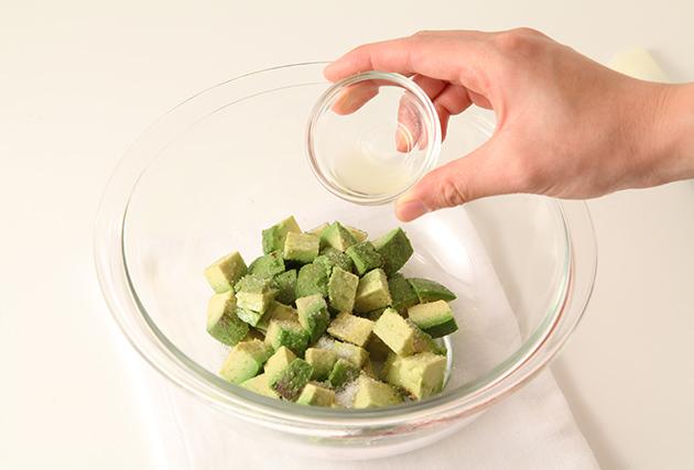 (2)のアボカドを1cm角に切り、グラニュー糖・レモン汁を振りかける。