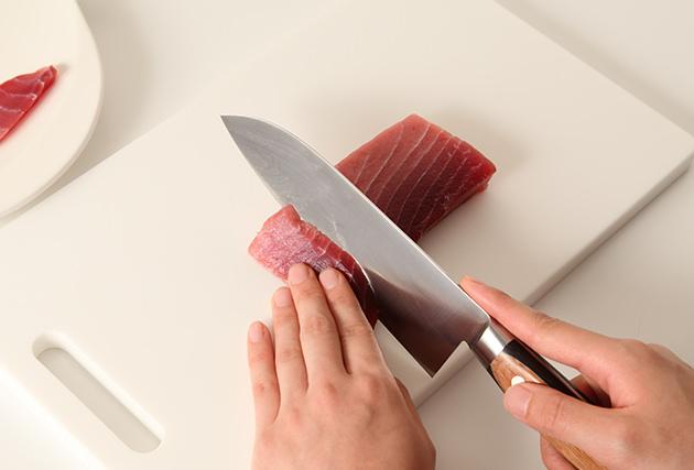 (1)のまぐろを5mm厚の削ぎ切りにして器に並べ、(3)をかけてから、うずらの卵・黒こしょう・お好みのハーブを散らす