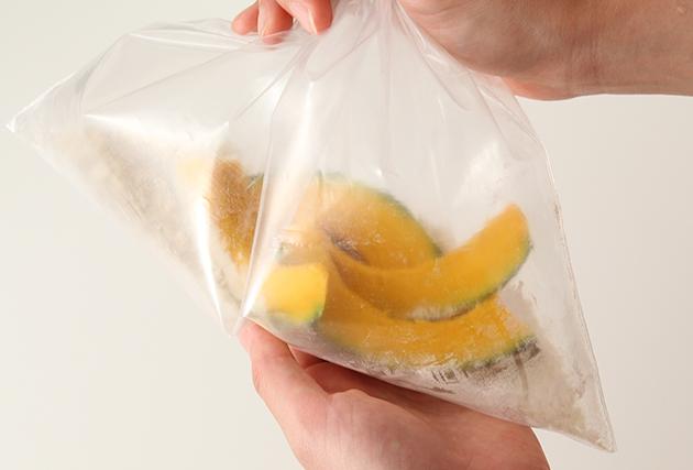 2.袋にAを合わせ、水気を拭き取った(1)を入れてまぶす。