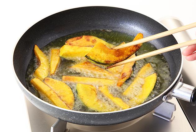 3.フライパンに揚げ油を熱し、きつね色になるまでカラッと揚げる。