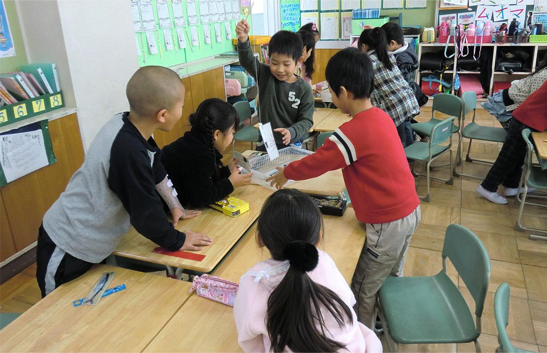 学校において食育をどのように定着させるかは栄養教諭の大きな共通課題になっています。愛知県小牧市の栄養教諭、林 紫(ゆかり)先生は、小学校1年生にはこれから始まる食育が、児童も、教師も、共にワクワク楽しい授業となるよう進めていきたいと考え、これまで取り組んできました