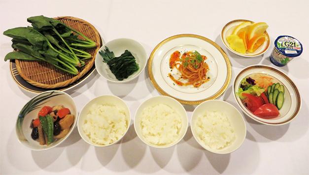 食事の摂取量などを紹介する際に、資料以外にも実物を用いて分かりやすく紹介する工夫がなされている。