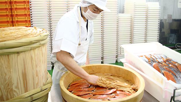 たっぷりとあふれんばかりの酒粕に漬け込むのが魚久流