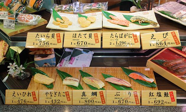 「新商品開発についても、以前は粕漬に合う魚は何かという視点で開発していました。しかし、社員からいろいろな提案がされるなか、会社としての考え方も徐々に変わり、この魚に合わせるため、塩加減を研究すると同時に、粕を変えればよいのではという発想も出てくるようになりました。現在はこれまでの粕漬のほかに、味噌を入れた粕漬もつくっています。伝統の味を守ると同時に、新たな味の発見や創造を続けていくことが魚久の務めだと思っています」(廣田社長)