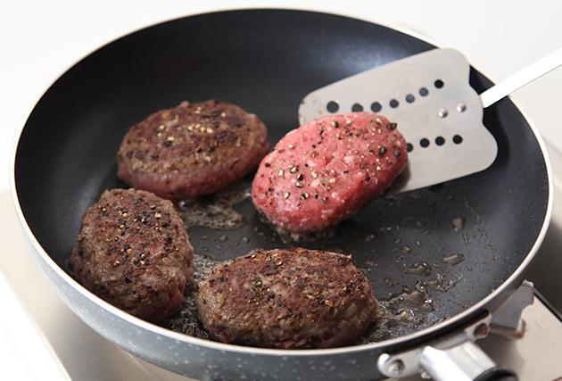 フライパンにサラダ油(大さじ1)を熱し、(2)を並べて中火で焼く。焼き色がついたら裏返し、フタをして弱火で5分程焼く