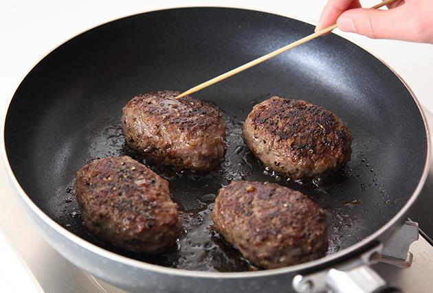 ハンバーグの中心に竹串を刺し、透明な汁が出てきたら取り出す。同じフライパンに(1)のおろした玉ねぎ・Bを加えフライパンの底をこすりながら煮詰め、ソースを作る