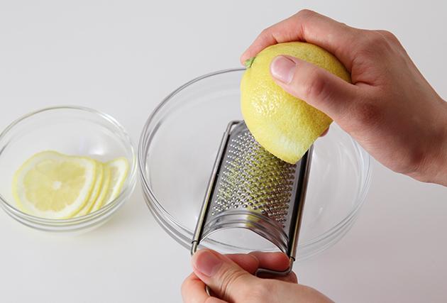 レモンは4枚輪切り(飾り用)にし、残りは絞って濾す。(レモン汁45g)皮は残りを全てすりおろす