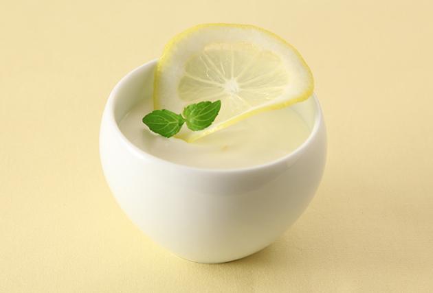 (4)を器に流し、冷蔵庫で冷やしかためる。かたまったら、レモン(飾り用)・ミントを飾る