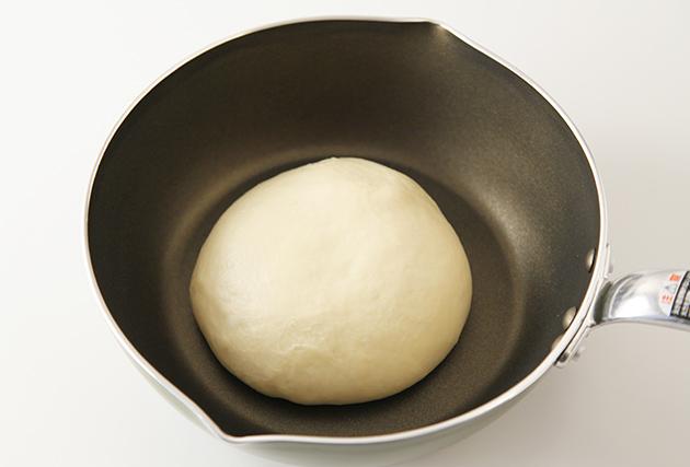 3.バターを加えて粉っぽさが無くなり、生地の表面が滑らかになり、弾力が出てくるまでこねる。