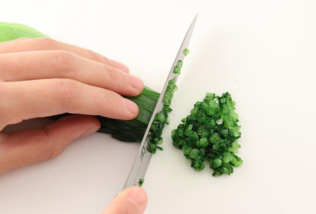 2.小松菜は根元を十字に切ってからしっかりと洗い、塩(分量外)を加えた熱湯でさっと茹でて冷水に取り、水気をしっかりと絞る。細かく刻んで塩・ごま油で調味する。