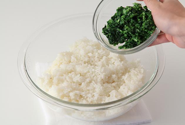 3.ご飯が炊き上がったら昆布を取り出し、(2)を混ぜ合わせる。