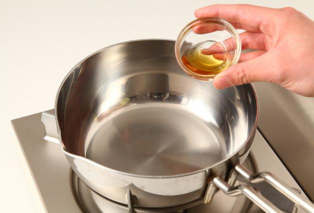 鍋にごま油を熱し、しょうがを加えて香りが出るまで炒め、A・ほたての貝柱を汁ごと加えて煮立たせる。