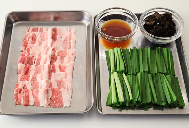 にら・豚バラ肉は5cm長さに切る。きくらげは水で戻して石づきを除き、食べやすい大きさに切る。Aを合わせておく。