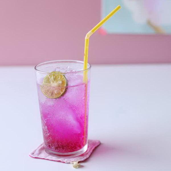 果肉と砂糖で酵素シロップを使って、炭酸で割ったジュース。ものすっごい色だけど、体にやさしく、お店でも大人気!